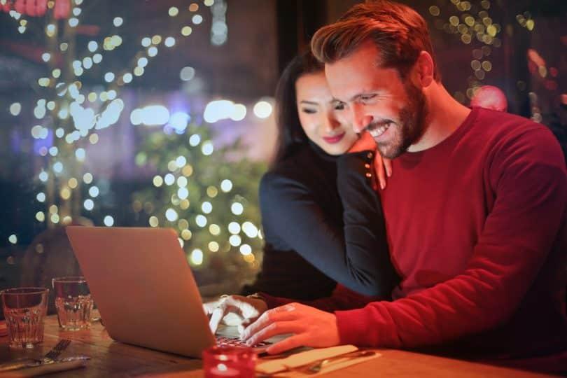 couple pianotant sur un ordinateur